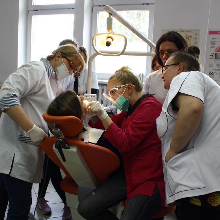 Profesjonalna higienizacja – zajęcia praktyczne: scaling, piaskowanie, fluoryzacja.